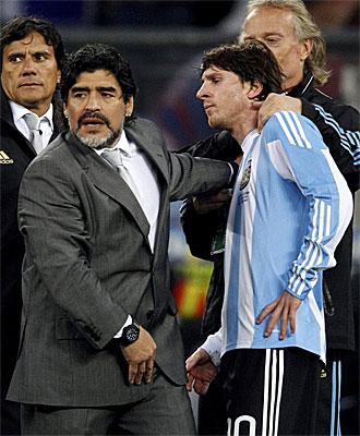 Maradona consuela a Messi tras la eliminaci�n de Argentina