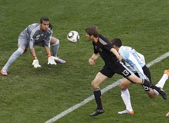 Thoma M�ller cabecea a la red el primer gol de Alemania ante Argentina.