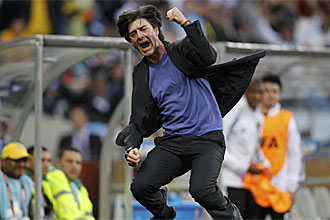 Joachim L�w celebra uno de los goles ante Argentina
