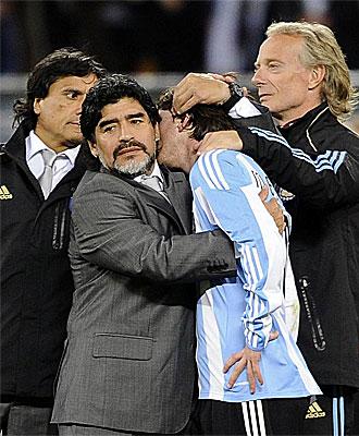 Maradona abraza a Messi a la finalizaci�n del partido frente a Alemania.