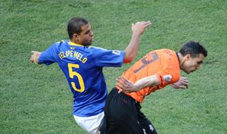 Van Persie se las tuvo con Melo en el choque entre Holanda y Brasil