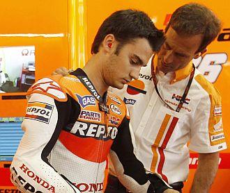 Pedrosa habla con Puig en el box de Honda.