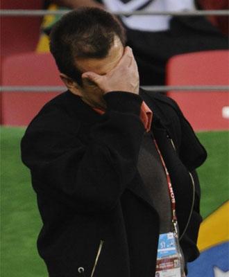 Dunga se lamenta durante el partido con Holanda