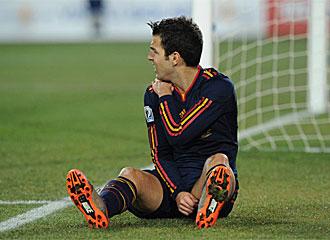 Cesc se duele del hombro tras caer frente a Justo Villar.