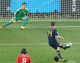 Xabi Alnso, en el momento que lanza el segundo penalti contra Paraguay