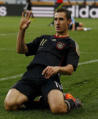 Klose celebra uno de los goles conseguidos ante Argentina