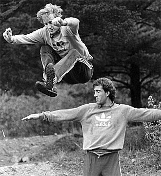 Maceda salta por encima de Andoni Goikoetxea en un entrenamiento de la selecci�n espa�ola.