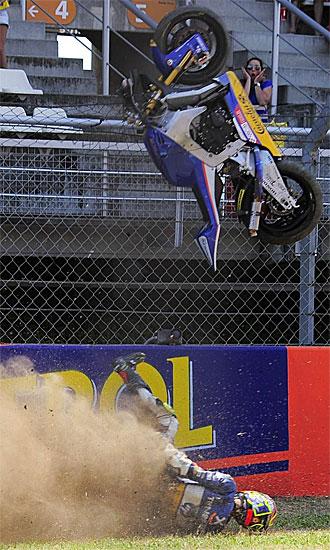 La moto de Morales cayó desde las alturas y le aplastó.