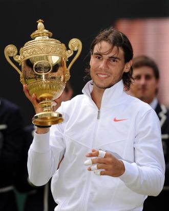 Rafa Nadal posa con el trofeo de campe�n de Wimbledon.