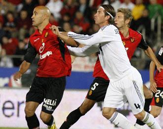 Nunes disputando un bal�n en la pasada temporada con el Mallorca