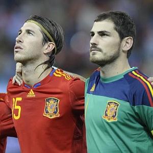 Sergio Ramos y Casillas durante un partido con La Roja