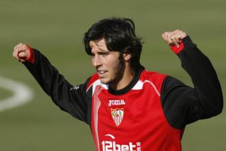 Marc Valiente entren�dose con el Sevilla.
