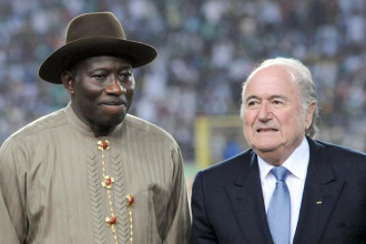 Goodluck Jonathan, presidente de Nigeria, junto a Joseph Blatter, su hom�logo pero de la FIFA.