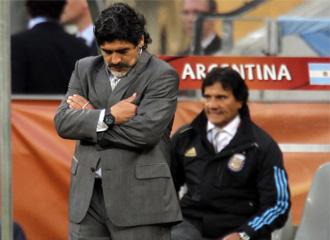 Maradona, cabizbajo en el partido ante Alemania