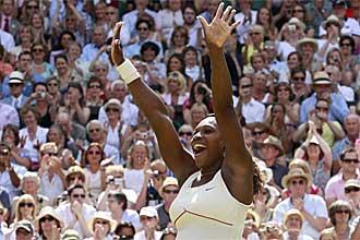 Serena Williams saluda al p�blico nada m�s derrotar a Vera Zvonareva en la final de Wimbledon