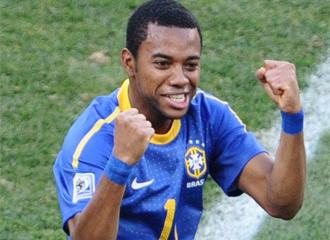 Robinho celebra un gol con Brasil.