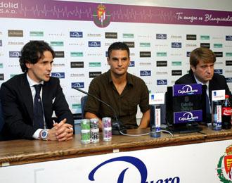 El presidente del Valladolid Carlos Suarez y su director deportivo Garc�a Calvo, presentando en rueda de prensa a Pe�a