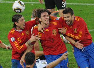 Puyol, abrazado por sus compañeros tras marcar el gol que nos mete en la final