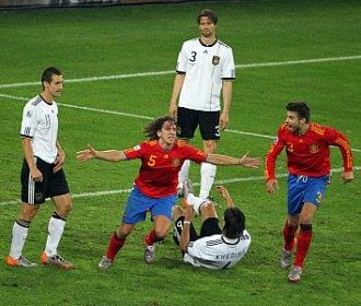 Puyol y Piqu� celebran el gol del primero ante Alemania.