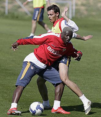 Manuel Redondo, junto a Kone durante un entrenamiento del Sevilla del a�o pasado