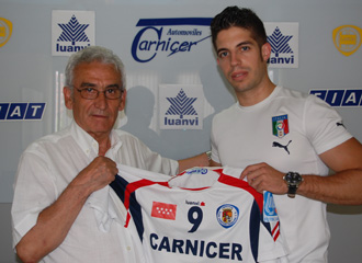 Jos� Carnicer y Nacho Pedraza posan durante la presentaci�n del jugador madrile�o
