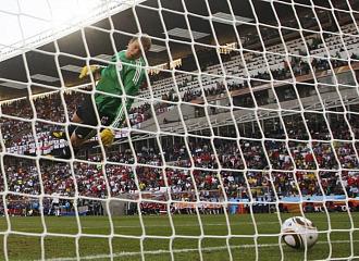 El bal�n entr� claramente en la porter�a tras el disparo de Lampard.