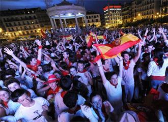 Varios seguidores siguen el partido en Pamplona.
