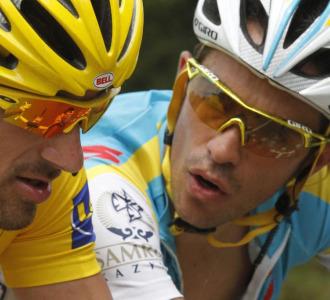 Alberto Contador charlando con Fabian Cancellara.