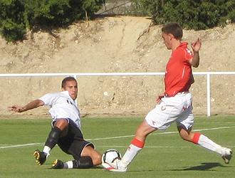 Juan Dom�nguez pelea por un bal�n ante un jugador del filial de Osasuna en el primer amistoso de la pasada pretemporada del Real Uni�n