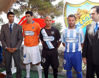 El M�laga el d�a de la presentaci�n de sus camisetas para la temporada 2010-11