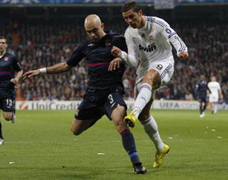 Cris disputa un bal�n con Ronalndo en Liga de Campeones.