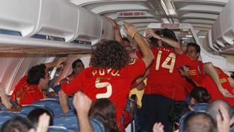 Los espa�oles podr�an celebrar en el avi�n el t�tulo, como lo hicieron con le Eurocopa