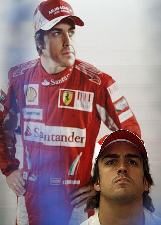 Alonso, pensativa en su box de Ferrari.