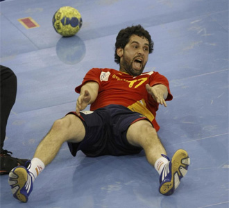 Juan�n Garc�a se lamenta desde el suelo durante un encuentro con la selecci�n