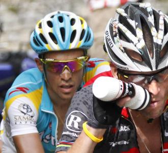 Alberto Contador, siempre antento a Lance Armstrong.