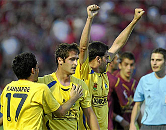 Alberdi, con los brazos en alto, en un partido con el Alcorcón