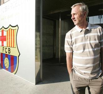 Cruyff sale de las instalaciones del Bar�a.