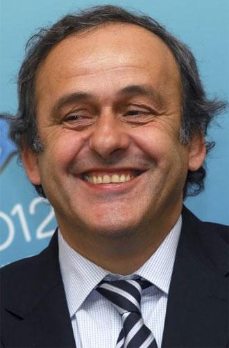 Platini sonr�e en una imagen de archivo.