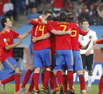 Los jugadores de Espa�a celebran el gol de Puyol