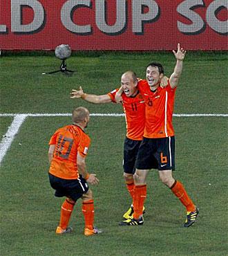 Sneijder, Robben y Van Bommel celebran un gol de Holanda en el Mundial.