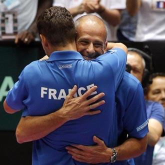 Llodra, el héroe de la eliminatoria, celebra con el técnico francés el pase a semis