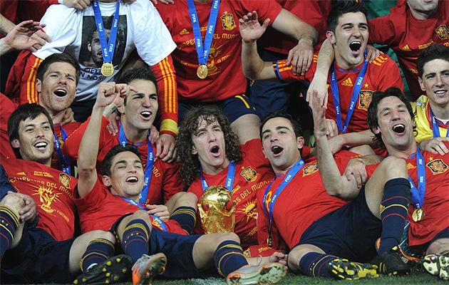 Los jugadores posan con la Copa del Mundo y las camisetas con la estrella