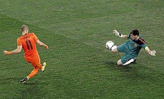 Casillas salva ante Robben una de las m�s claras ocasiones de la final.