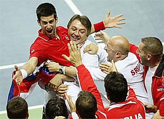 Djokovic celebra su triunfo ante Cilic y la clasificaci�n de su pa�s para las semifinales de la Copa Davis.
