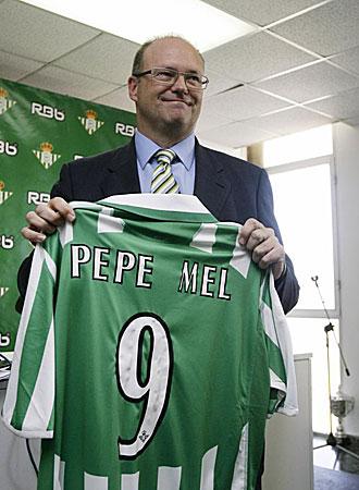 Pepe Mel, presentado este lunes como nuevo entrenador del Betis, luce la camiseta verdiblanca de su 'nuevo' equipo