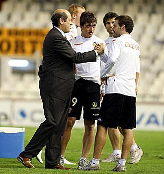 Manuel Llorente, charlando con sus jugadores tras un partido de Liga de la pasada campa�a, acudi� este lunes al primer entrenamiento de la pretemporada del Valencia