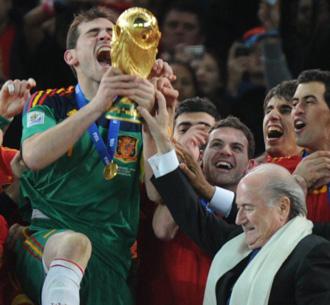 Blatter entregando el trofeo a Casillas