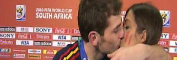 Beso de Casillas a Sara Carbonero