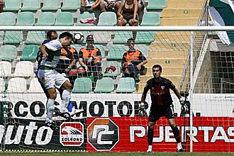 El meta Miguel, ya ex del Huesca y en la imagen atento al remate del ilicitano Tena, defender� la porter�a del Albacete la pr�xima temporada