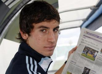 Pedro Mosquera mostrando un peri�dico en la etapa del jugador en el Real madrid Castilla